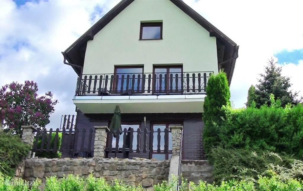 Het huis heeft drie verdiepingen en twee woonkamers. De begane grond zit deels in de heuvel gebouwd