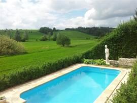 Het prachtig gelegen zwembad met zijn klassieke uitstraling is een echte eyecatcher. Op het terras voor het zwembad kunt u vanuit de ligstoelen heerlijk uitkijken over de groene heuvels.