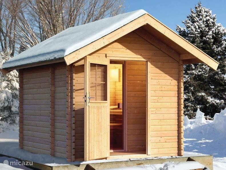 Dit is een impressiefoto van de sauna die in april 2016 naast het huis gebouwd wordt. Deze finse buitensauna heeft een z.g. bio-kachel waarmee men naast de traditionele hete sauna ook kan kiezen voor een vochtige en mildere kruidensauna.