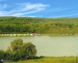 Het meer ligt op enkele minuten afstand. Rondom het meer ligt deels een wandelpad. In het voorjaar en de zomer bruist het aan de overkant van de aktiviteiten. Op de aldaar aanwezige camping kunt u een bootje of waterfiets huren. Voor de sportvisser is er een apart deel van het meer gereserveerd.In d