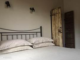 De slaapkamer op de eerste etage met een tweepersoonsbed.