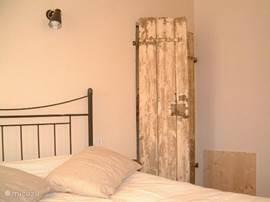 Slaapkamer met een tweepersoonsbed.