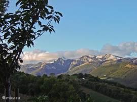 Vanaf het terras is er een panoramisch uitzicht op de Sibilli bergen .