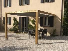 Het terras van Prima Luce met ingang naar de woonkamer.