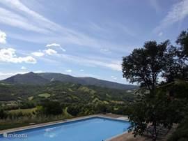 Fraaie wolkenpartij boven het zwembad en de bergen.