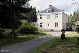 De voormalige lanthandel, nu onze villa, gezien vanaf de straatkant (voorkant).
