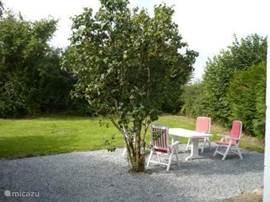 Het terras van Maison Ternant met schaduw in de zomer