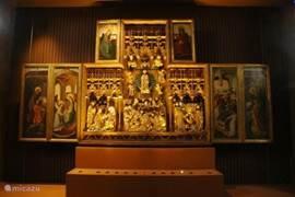 Het prachtige drieluik in het eenvoudige kerkje van Ternant De moeite waard om te gaan bekijken