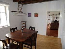 Eetkamer Maison Ternant met zicht op woonkamer