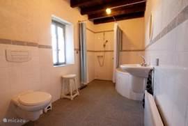 Ruime badkamer van Maison Ternant Met ligbad,toilet, inloopdouche,wastafel,elektrische verwarming
