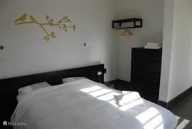 Slaapkamer 2 en 3 hebben beide een 2 persoonsbed, ventilator en airconditioner.