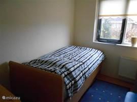 1-persoonsbed, verhoogd. nieuw met nieuw matras. 90x200 cm. Op begane grond, uitzicht op tuin