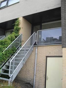 Trap van 1e etage naar achtertuin en evt. garage.