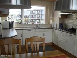 keuken kompleet met vaatwasser, magnetron, oven, apparatuur