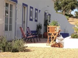 terras aan de voorkant van het huis