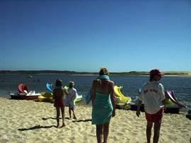 Summertime in Lagoa de Santo Andre heerlijk voor de allerkleinste  de oceaan is aan de andere kant van de lagune.