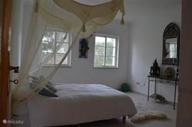 ruime slaapkamer met marrokaans tintje kan eventueel kinderbedje bij geplaatst worden.