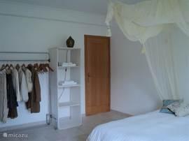 de slaapkamer bezit een handig kledingrek en 2 open kasten waarin u ruim u spullen kwijt kunt