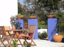 Lekker terrasje aan de zijkant we hebben 2 van deze eetsetjes dus ook met 4 kunt u lekker buiten eten