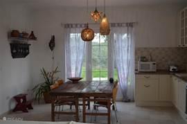 oude antieke tafels uit india gecombineerd met de vlinderstoeltjes van arne jacobsen open keuken van alle gemakken voorzien.