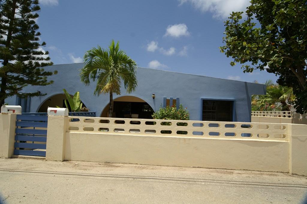Door annulering nu te huur in de periode 1 april tot eind mei 2018 het heerlijke Caribische huis Kas Blau in de mooiste wijk van Bonaire Belnem.