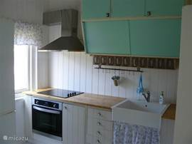 keukenblok met authentieke kastjes en hedendaagse apparatuur