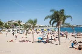 De kust op slechts 75 km (Fréjus bv) is ook een leuke dagtocht waard. Zon, strand, boek lezen, luieren, kuieren, watersport, restaurantjes, terrassen, etc.