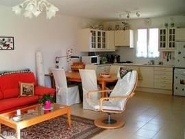 Lekker ruim ogende woonkamer met comfortabele meubels. Heerlijk om even uit te zakken na een dagje uit. De open keuken is vrij compleet ingericht, een uitnodiging voor wanneer je van koken houdt. Gratis keukenlinnen en afwastabletten.