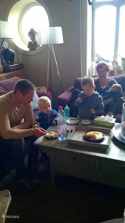 gastheer en gastvrouw met de kleinkinderen