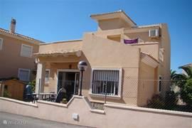 Achterzijde huis met terras en dakterras, waar u heerlijk in de zon of schaduw kunt zitten.