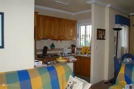 Open keuken, met afwasmachine, wasmachine, droger etc.