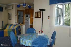 Eethoek, keuken en stukje van de woonkamer.
