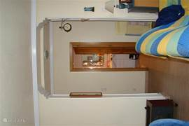 Badkamer beneden gezien vanuit de woonkamer.