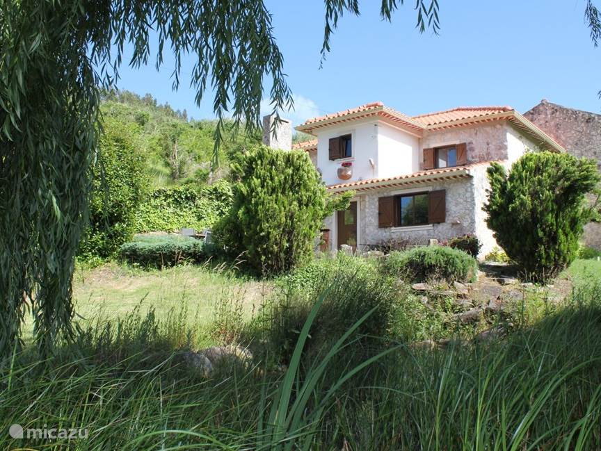 Voorzijde Cottage-appartement Casa Antiga, met vijver met koikarpers.