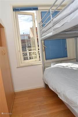 Kleine slaapkamer met stapelbed