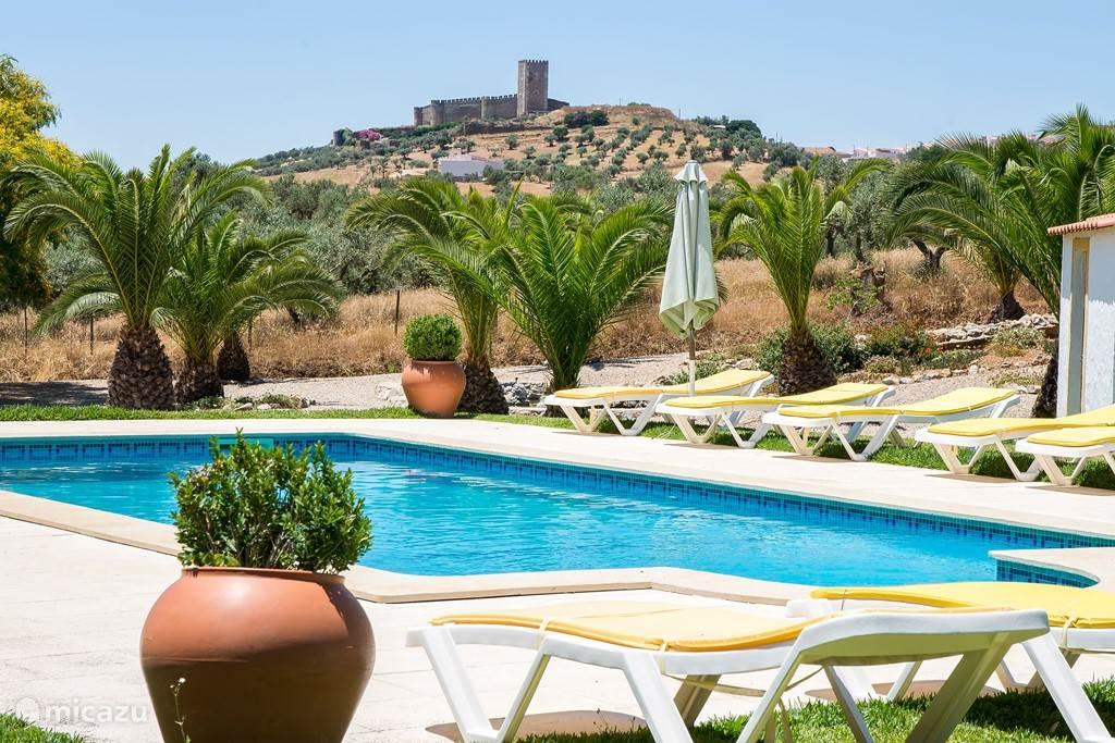 Zwembad met uitzicht op Middeleeuws Kasteel