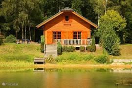 zonnig gelegen geheel houten chalet aan de recreatie/zwemvijver op landgoed Ruighenrode