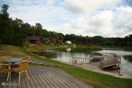 terras van het aan de zwemvijver gelegen restaurant van het park.