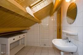 badkamer op de verdieping met verwarmd handdoekenrek en bad