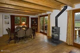 woonkamer/eethoek met centrale verwarming en een echte houtkachel die u in hartje winter heerlijk warm houden.