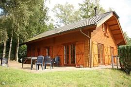 De woning is geheel vrij gelegen; met twee terrassen in uw eigen tuin.