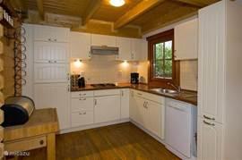 keuken met combi magnetron en ruim voldoende opbergruimte en voorzien van alle apparatuur die u mag verwachten in een huis als dit