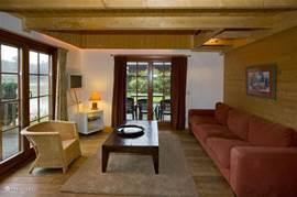 zitkamer met mogelijkheid om buitenterras stoelen binnen te gebruiken