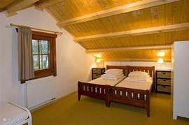 ruime 3 persoons slaapkamer op de verdieping
