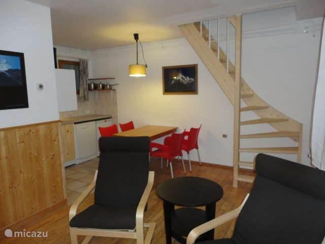 woonkamer, keukenhoek, trap naar eerste etage