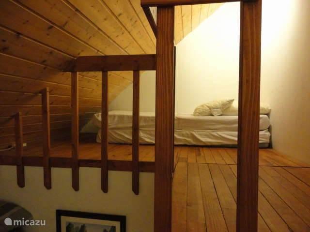 mezzanine boven de badkamer 2 matrassen voor personen ouder dan 6 jaar!