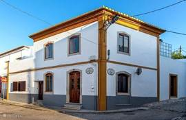 Casa no Canto, huis op de hoek, vlak bij het dorpsplein van Boliqueime, restaurantjes, cafe's en kleine supermarkt op loopafstand.