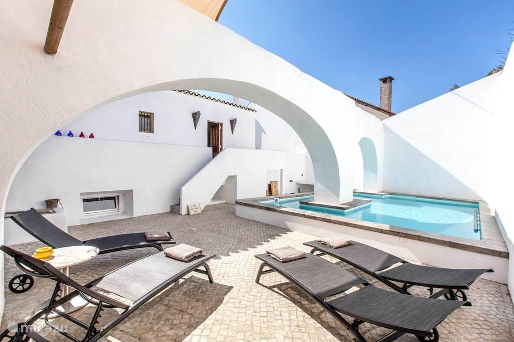 Sfeervolle patio met uniek zwembad, geheel prive.