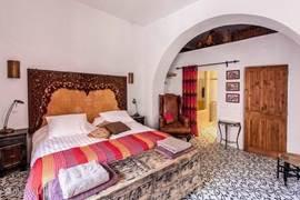 Ruime, lichte 2-persoons slaapkamer met en-suite badkamer en apart toilet