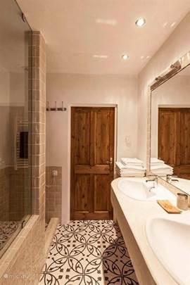 Badkamer met dubbel wastafel,inloopdouche en vloerverwarming